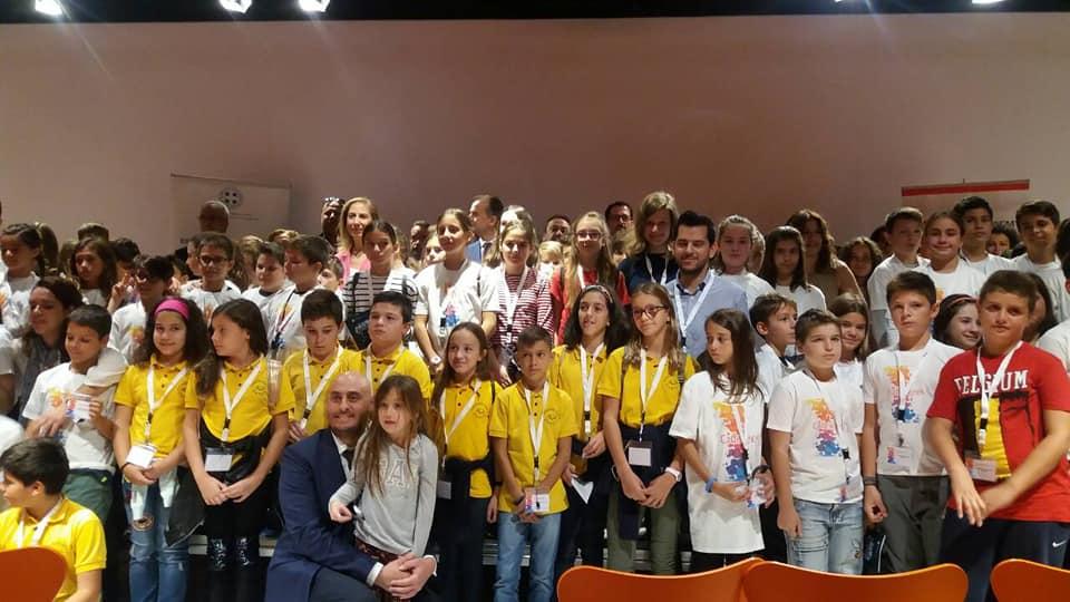 Η Υπουργός Διοικητικής Ανασυγκρότησης κα Μαριλίζα Ξενογιαννακοπούλου με τον Προϊστάμενο του Τμήματος Καινοτομίας κ. Χ. Κοκκάλα και τους μαθητές.