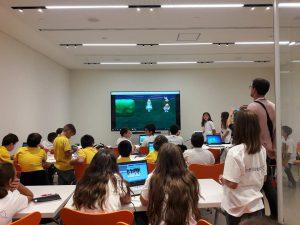 Οι μαθητές χωρίστηκαν σε ομάδες με επικεφαλής τους καθηγητές πληροφορικής των σχολείων τους και, μέσα από το εκπαιδευτικό λογισμικό Alice και την υποστήριξη του Oracle Academy, διδάχθηκαν συγκεκριμένες έννοιες προγραμματισμού με βάση την Java και προχώρησαν στη δημιουργία των δικών τους ιστοριών.