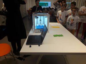 Ο Οργανισμός Ανοιχτών Τεχνολογιών (ΕΕΛΛΑΚ) ενημέρωσε, στο πλαίσιο της εκδήλωσης, τους μαθητές και τους εκπαιδευτικούς για τις λειτουργίες του τρισδιάστατου εκτυπωτή (3D printer) με επίδειξη των δυνατοτήτων του.